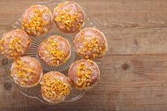 Traditionele Poolse eigengemaakte donuts met roze likeur en sinaasappel royalty-vrije stock fotografie