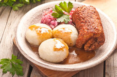 Traditionele Poolse, Silezische schotel Vleesrollade met aardappelstortplaats Stock Afbeelding