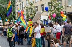 Traditionele populaire vrolijke regenboogvlaggen op menigte Royalty-vrije Stock Afbeeldingen