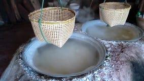 Traditionele productie van zout stock video
