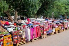 Traditionele quechua kleurrijke die textil bij de markt wordt verkocht stock afbeelding