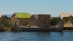 Traditionele rietboot in Uros Island, Peru stock videobeelden