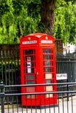 Traditionele rode Engelse telefooncel bij de straat van Koningswilliam walk greenwich het UK stock fotografie