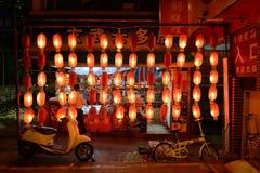 Traditionele rode lantaarns op de straat Royalty-vrije Stock Foto