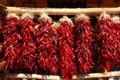 Traditionele rode Spaanse peperristras die in openlucht hangen Royalty-vrije Stock Foto's