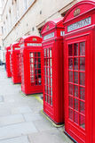Traditionele rode telefoondozen in Londen Stock Afbeeldingen