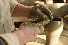 Traditionele Roemeense aardewerk productie in Bucovina stock afbeeldingen