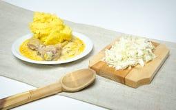 Traditionele Roemeense polenta met hutspot en kool Royalty-vrije Stock Afbeeldingen