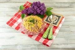 Traditionele Russische gelaagde die salade haringen onder een bontjas wordt genoemd royalty-vrije stock afbeeldingen
