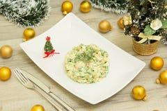 Traditionele Russische Kerstmissalade Olivier met worst en verse komkommers Royalty-vrije Stock Foto's