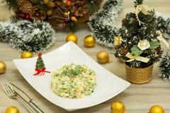 Traditionele Russische Kerstmissalade Olivier met worst en verse komkommers Royalty-vrije Stock Afbeeldingen