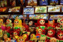 Traditionele Russische matryoshka en palekh de kist van herinneringenpoppen voor verkoop stock afbeeldingen