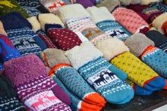 Traditionele Russische vuisthandschoenen in een grote verscheidenheid van patronen Royalty-vrije Stock Foto's