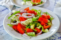 Traditionele rustieke Griekse salade op witte plaat Royalty-vrije Stock Afbeeldingen