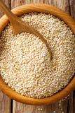 Traditionele ruwe quinoa dichte omhooggaand in een houten kom op de lijst T Royalty-vrije Stock Afbeeldingen