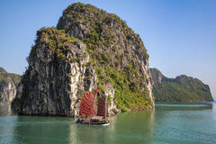 Traditionele schepen die in Halong-Baai, Vietnam varen
