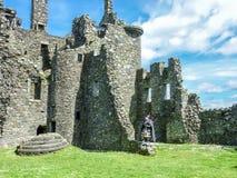 Traditionele Schotse bagpiper bij ruïnes van Kilchurn-kasteel Royalty-vrije Stock Afbeeldingen