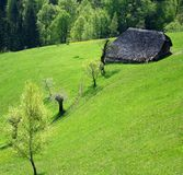 Traditionele schuur op een mooie de lenteheuvel stock fotografie