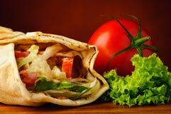 Traditionele shawarma en groenten Stock Afbeeldingen