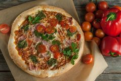 Traditionele smakelijke Italiaanse pizza Royalty-vrije Stock Foto's