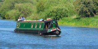 Traditionele Smalle Boot op de Rivier Ouse dichtbij St Neots Cambridgeshire Stock Afbeeldingen