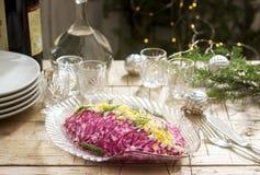 Traditionele Sovjet feestelijke die salade van haringen en groenten, met wodka in de decoratie van een Nieuwjaar wordt gediend Ru stock fotografie
