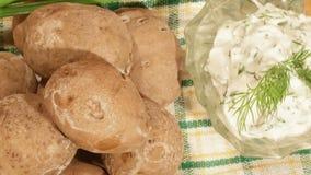Traditionele Spaanse en Canarische aardappels met knoflooksaus stock video