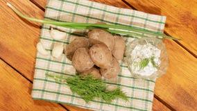 Traditionele Spaanse en Canarische aardappels met knoflooksaus stock videobeelden