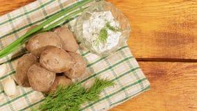 Traditionele Spaanse en Canarische aardappels met knoflooksaus stock footage