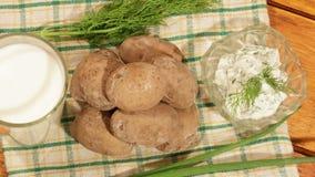 Traditionele Spaanse en Canarische aardappels met knoflooksaus en melk stock videobeelden