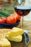 Traditionele Spaanse frittata van de omelettortilla met verwijderde aardappelseieren klemt de komkommersglas van groententomaten  stock afbeelding