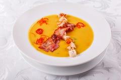 Traditionele Spaanse koude soep, met broodstokken en baconspaanders Het bacon van graanspanishwith chowder stock fotografie