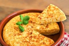 Traditionele Spaanse omelet dichte omhooggaand, mening van hierboven spaans Stock Afbeelding