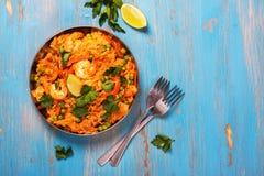 Traditionele Spaanse paellaschotel met zeevruchten, erwten, rijst en kip Royalty-vrije Stock Fotografie