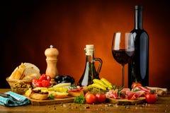 Traditionele Spaanse tapas en rode wijn Royalty-vrije Stock Afbeeldingen