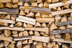 Traditionele stapel van gehakt brandhout Stock Afbeelding