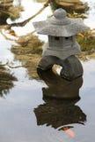 Traditionele steenlamp in het meer Japanse Tuin Stock Afbeelding