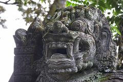 Traditionele steenstandbeelden in Bali, Indonesië Stock Foto