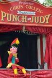 Traditionele Stempel en Judy-cabine met neer M. Punch-zitting Royalty-vrije Stock Afbeeldingen