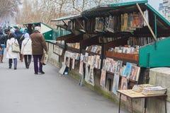 Traditionele straat in Parijs en boekhandels met mensen die hen doorbladeren Stock Afbeeldingen