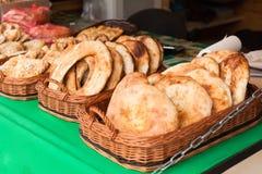 Traditionele straat smakelijke gebakjes op platen stock afbeeldingen