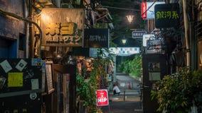 Traditionele straatbars in het Gouden Gai district van Shinjuku dat rond 200 uiterst kleine bars, Tokyo, Japan heeft royalty-vrije stock foto's