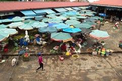 Traditionele straatmarkt met tropische vruchten en groenten Stock Foto