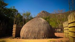 Traditionele swatihut bij het dorp dichtbij Manzini, Mbabane in Eswatini, vroeger Swasiland royalty-vrije stock afbeelding