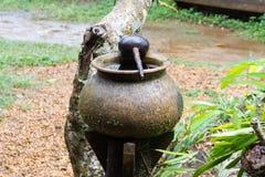 Traditionele Thai sneed de waterkruik van het aardewerk drinkwater en cocon Stock Afbeeldingen