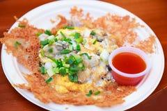 Traditionele Thaise Chinese Aziatische Straatventer Food Cuisine, verse hete oesteromelet, de knapperige heerlijke schotel van he royalty-vrije stock foto's