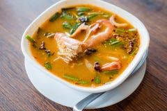 Traditionele Thaise de garnalen kruidige soep van de Voedselrivier, Tom Yum Goong, Tha stock fotografie