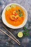 Traditionele Thaise keuken, Tom yum goong, Kruidige garnalensoep op rustieke achtergrond De hoogste vlakke mening, legt stock afbeelding