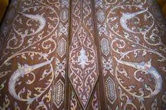 Traditionele Thaise kunst op de deur van kerk Royalty-vrije Stock Foto