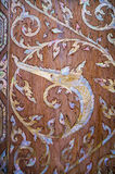 Traditionele Thaise kunst op de deur van kerk Royalty-vrije Stock Foto's